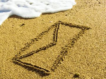 Если работник, будучи на отдыхе в отпуске, направил вам по почте заявление об увольнении по собственному желанию, то его можно уволить
