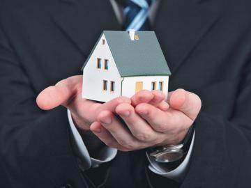 Если предприниматель меняет место жительства, чиновники сами «перенесут» его в новую налоговую инспекцию и фонды