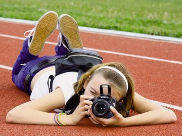 Фотограф, который по заданию работодателя выезжает на конкретные мероприятия, чтобы сделать снимки, уже не может считаться дистанционным работником