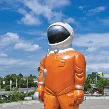 Некоторые работники (например, в сфере общепита) должны регулярно проходить стольких врачей, что невольно думаешь: в космонавты их готовят, что ли?..