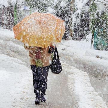 Если сотрудник не смог добраться до работы из-за погодных аномалий, например ледяного дождя, причину прогула суд, скорее всего, признает уважительной