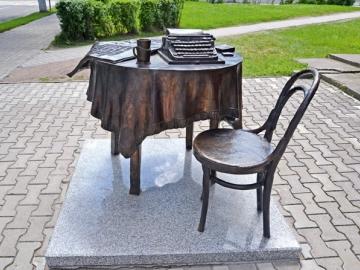 Участник может внести «избыточный» вклад в УК не только деньгами, но и любым имуществом, хоть мебелью...