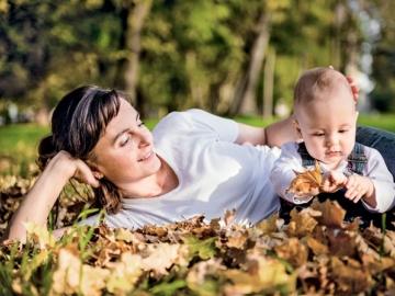 Чтобы «детская» помощь не облагалась НДФЛ и взносами, она должна быть выплачена в течение первого года после появления малыша на свет