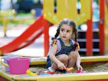 Благотворительность бывает разная. Можно, к примеру, организовать детскую площадку возле начальной школы или на прилежащей территории детского дома