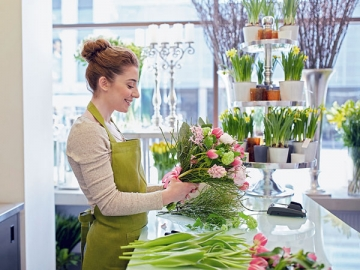 Осенью у оптовиков, которые продают цветы, есть все шансы получить премию от продавца. Ведь праздники идут чередой — сначала 1 сентября, потом День учителя
