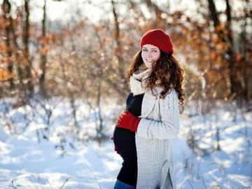 Если сотрудница просит перенести отпуск по беременности на следующий год, значит, так и надо сделать. Тем более что работы с расчетами у вас не прибавится