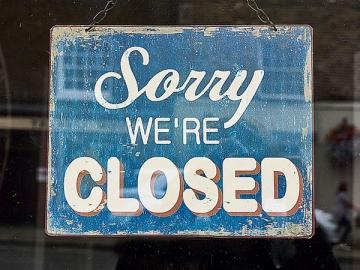 Чтобы официально закрыть компанию, нужно время. И нельзя резко перестать платить ежемесячные авансы, если организация еще не ликвидирована